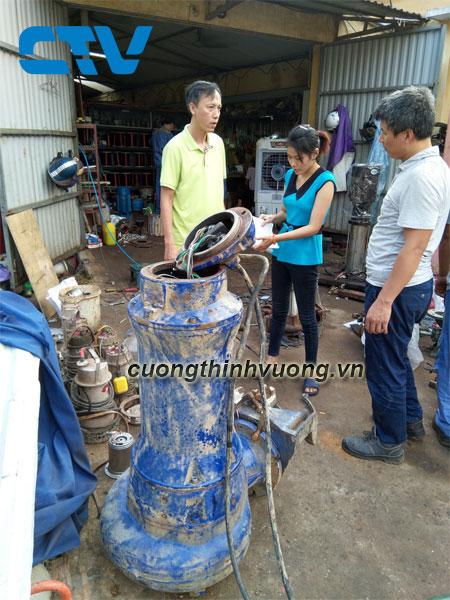Sửa máy bơm chìm nước thải ABS tại xưởng của Cường Thịnh Vương